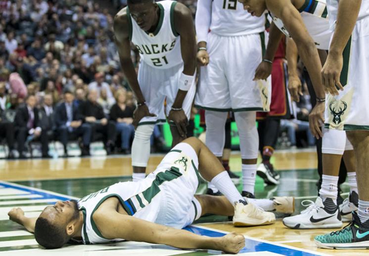 Jabari Parker de nuevo se lesiona la rodilla jugando basquet