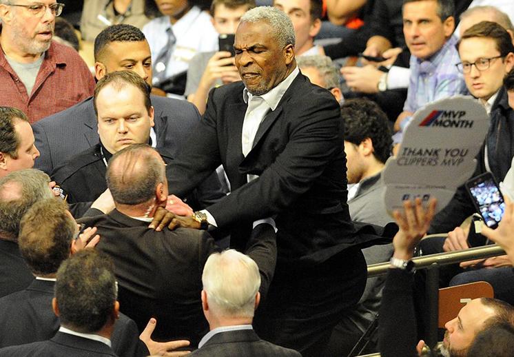 La frustración se hizo presente en la derrota de los Knicks, griffin vs melo en pleno juego de basquet