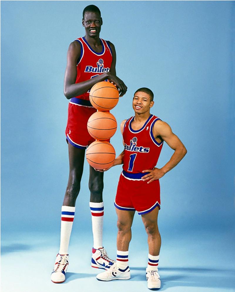 El jugador de basquet más chaparrito y el más alto de la NBA