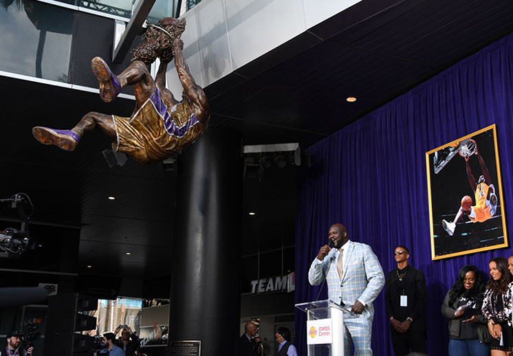 LOS LAKERS PRESUMEN LA ESTATUA DEL SHAQ foto 2