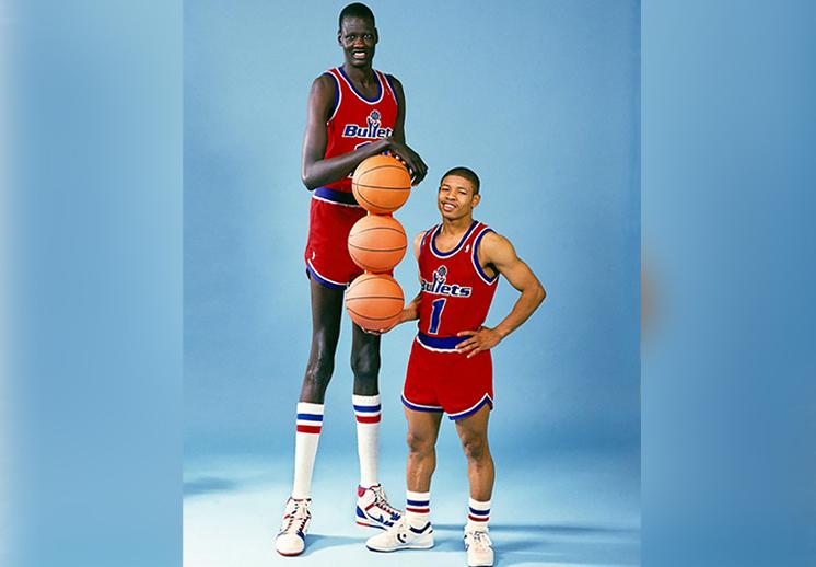 thumbnail. El jugador de basquet más chaparrito y el más alto de la NBA
