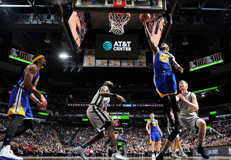 Duelo de basquet de suplentes entre Spurs y Warriors foto 2