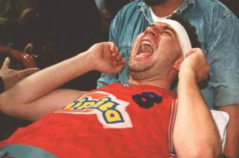 La escena más escalofriante sobre una cancha de basket fue televisada en directo, Slobodan Jankovic se queda paralitico despues de pegarle un cabesaso a el poste de la canasta foto3