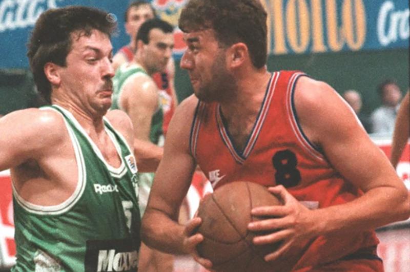 La escena más escalofriante sobre una cancha de basket fue televisada en directo, Slobodan Jankovic se queda paralitico despues de pegarle un cabesaso a el poste de la canasta. foto 2