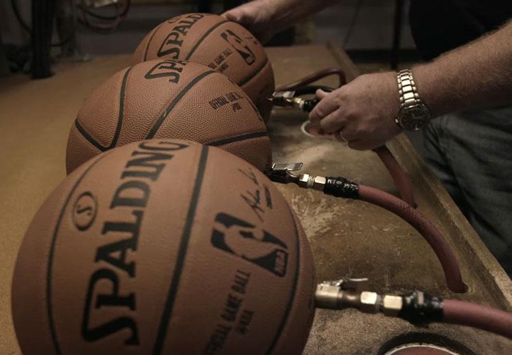Así se hace el balón oficial de la NBA