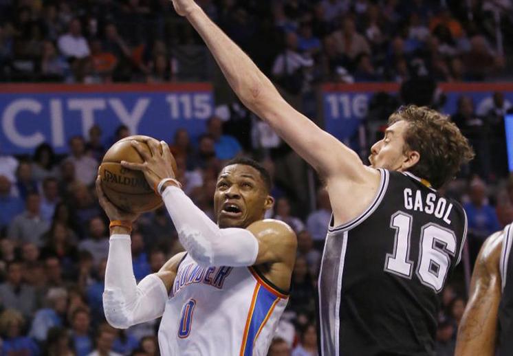 Los Spurs le ganaron la batalla a Westbrook