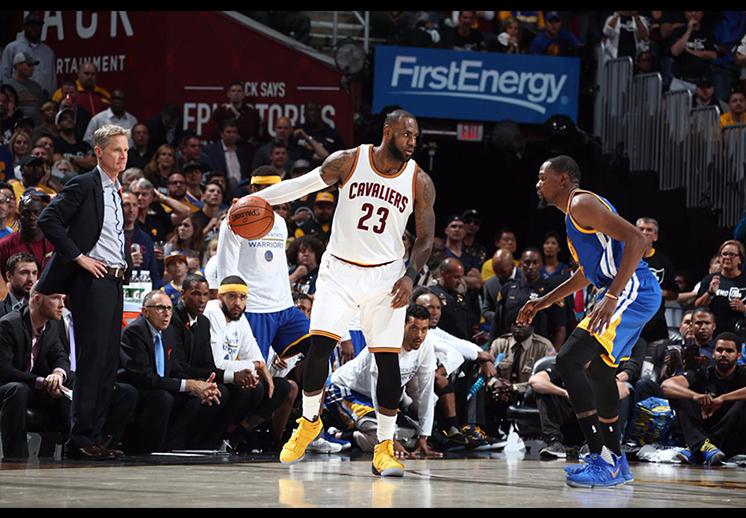 LeBRon James de los cavaliers de Cleveland dominó a los Warriors para alargar la serie