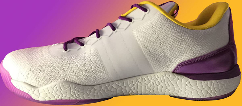 Lonzo Ball estrenó tenis con los colores de los Lakers foto 2