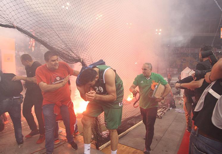 Aficionados del Olympiakos incendiaron la final de la liga griega foto 2
