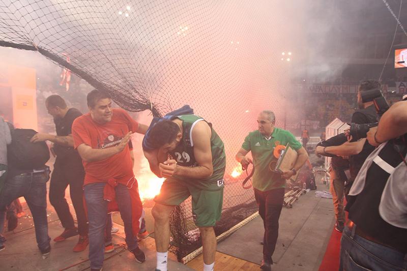 Aficionados del Olympiakos incendiaron la final de la liga griega