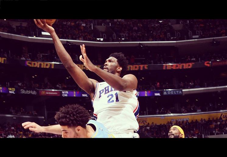 Joel Embiid le dio una lección a los Lakers