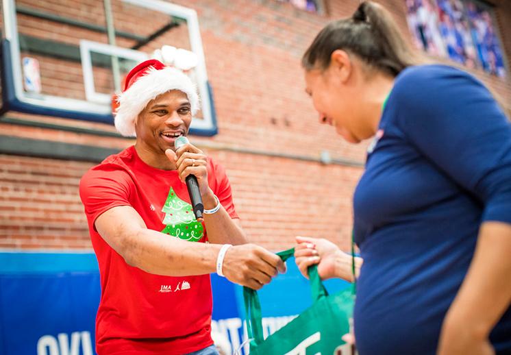 Russell Westbrook se vistió de Santa
