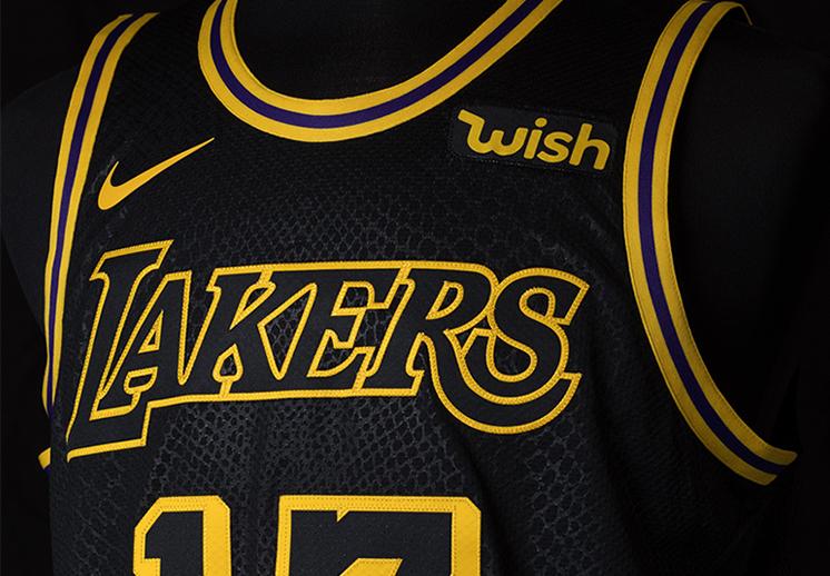 Kobe detrás del nuevo uniforme de los Lakers