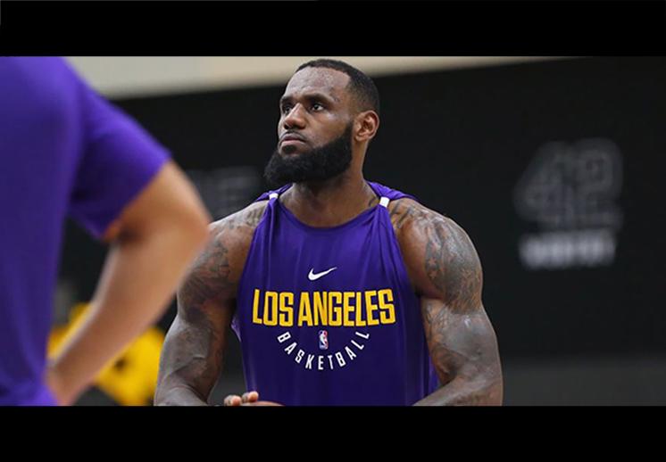 LeBron ya luce los colores de los Lakers