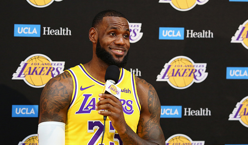 LeBron James toma el control en Lakers