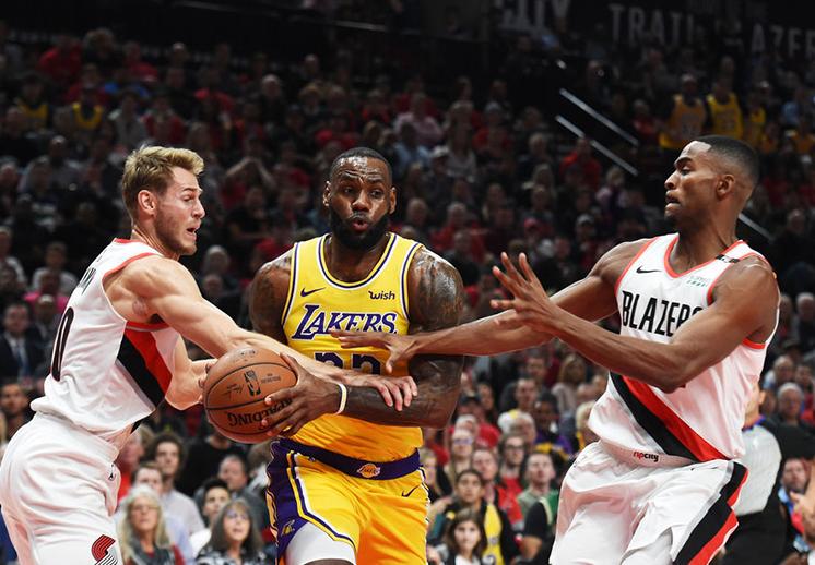 Los Blazers amargaron el debut de LeBron