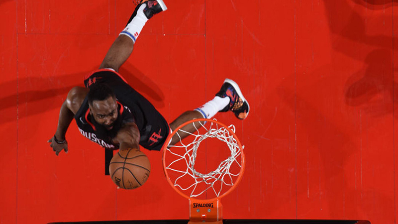 James Harden hace honores a su MVP