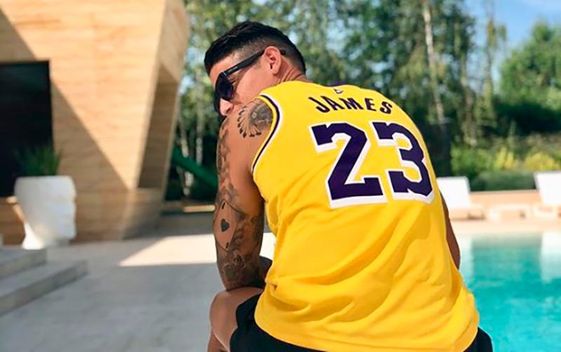 James Rodríguez prueba suerte en el basquet