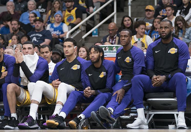 Los Lakers siguen buscando entrenador