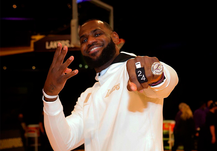 El anillo de campeones de Lakers a detalle