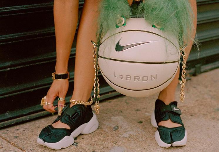 Un balón de basket con mucho estilo