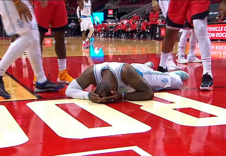 DeMarcus Cousins expulsado por golpear a LeBron James