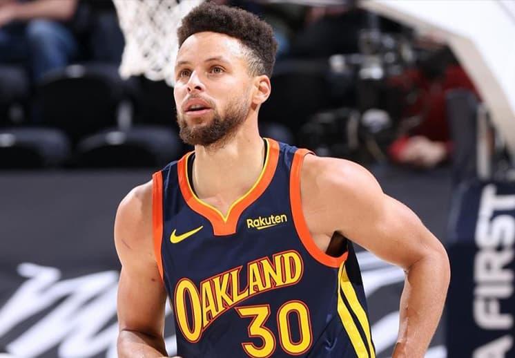 Stephen Curry pasó a Reggie Miller en la lista de jugadores con más triples