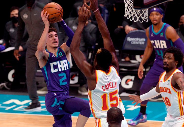 LaMelo Ball hace historia y se apunta su primer triple-doble en la NBA