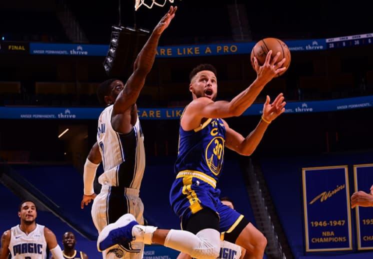 Stephen Curry alza la mano para el MVP de la NBA