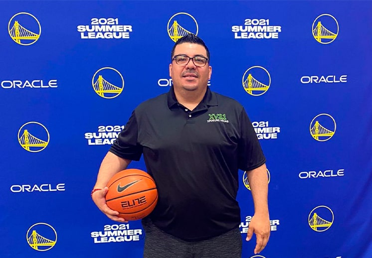 El coach Jesús Aragón en las Vegas y con sus Desertcats invictos DEST