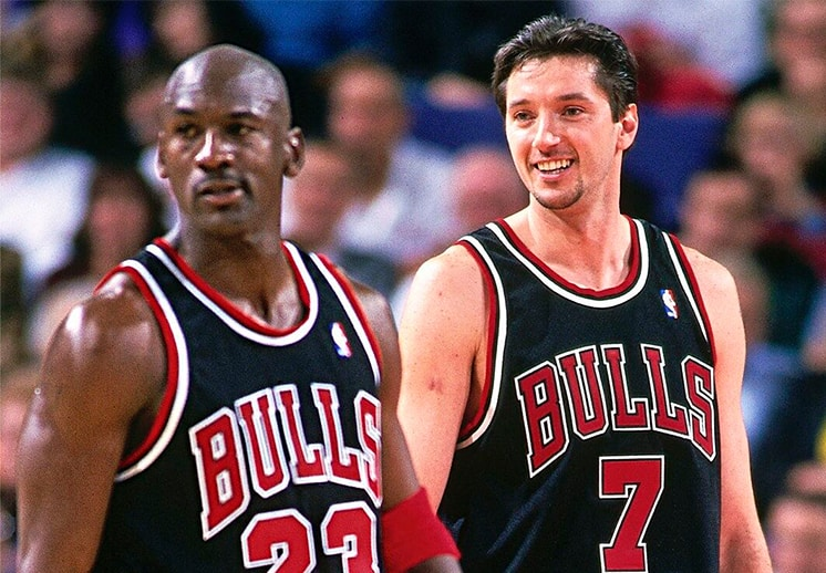 Toni Kukoc elige a Michael Jordan para presentarlo en su ingreso al Salón de la Fama