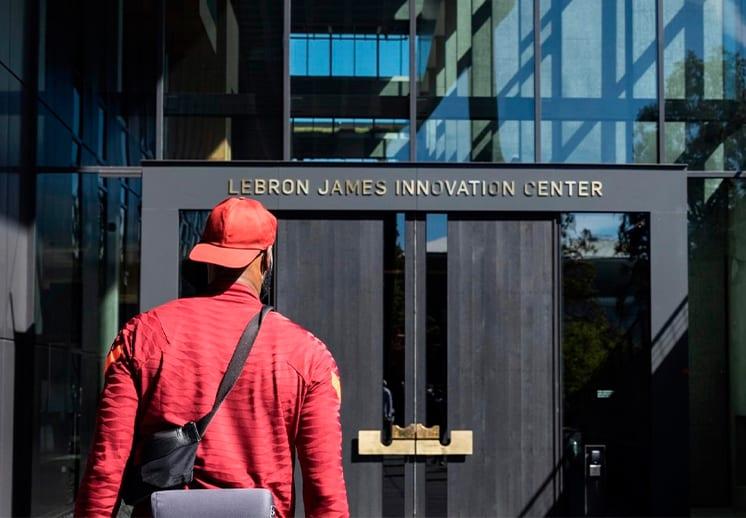 Presentan el nuevo Centro de Innovación LeBron James DEST
